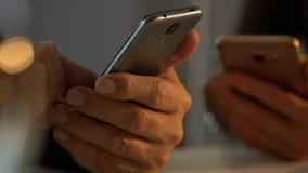La gente che per mezzo degli smartphones, concetto di disordine di dipendenza da Internet, primo piano delle mani stock footage