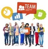 La gente che per mezzo dei dispositivi di Digital con Team Concepts Immagini Stock