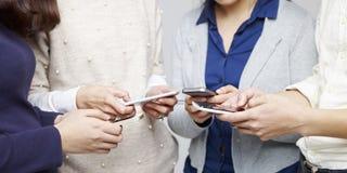 La gente che per mezzo del cellulare Fotografia Stock Libera da Diritti