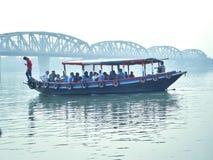 La gente che per mezzo della barca per il trasporto Immagine Stock