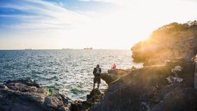 La gente che pesca in mare, Koh Sichang, Tailandia fotografie stock libere da diritti