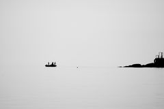 La gente che pesca sul mare Fotografie Stock Libere da Diritti