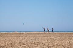 La gente che pratica Kitesurfing Spiaggia sul Prasonisi Immagini Stock Libere da Diritti