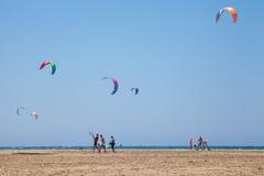 La gente che pratica Kitesurfing Spiaggia sul Prasonisi Immagine Stock Libera da Diritti
