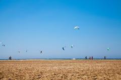 La gente che pratica Kitesurfing Spiaggia sul Prasonisi Fotografia Stock Libera da Diritti