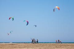 La gente che pratica Kitesurfing Spiaggia sul Prasonisi Fotografia Stock