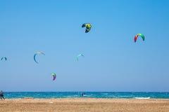 La gente che pratica Kitesurfing Spiaggia sul Prasonisi Immagine Stock