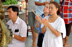 La gente che prega al tempiale Tailandese-Cinese Immagini Stock