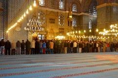La gente che prega alla moschea di Suleymaniye Fotografia Stock Libera da Diritti