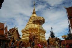 La gente che prega con il chedi a Wat Phra That Doi Suthep Fotografie Stock