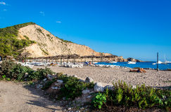 La gente che prende il sole sulla spiaggia di Ibiza Fotografie Stock Libere da Diritti