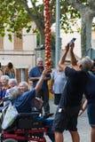 """La gente che prende le foto di un mazzo d'attaccatura di pomodori durante la fiera di notte """"di Ramellet """"del pomodoro in Maria d immagini stock libere da diritti"""