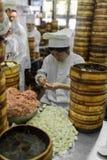 La gente che prepara il dim sum Shanghai disegna gli gnocchi cotti a vapore c della carne di maiale Fotografia Stock