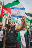 La gente che protesta contro il bombardamento della striscia di Gaza a Milano, Italia Immagine Stock