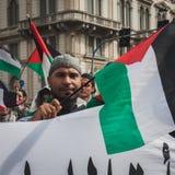 La gente che protesta contro il bombardamento della striscia di Gaza a Milano, Italia Immagini Stock Libere da Diritti