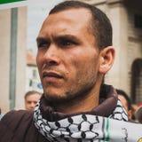 La gente che protesta contro il bombardamento della striscia di Gaza a Milano, Italia Immagine Stock Libera da Diritti