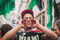 La gente che protesta contro il bombardamento della striscia di Gaza a Milano, Italia Fotografia Stock Libera da Diritti