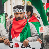 La gente che protesta contro il bombardamento della striscia di Gaza a Milano, Italia Fotografia Stock