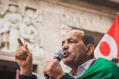 La gente che protesta contro il bombardamento della striscia di Gaza a Milano, Italia Immagini Stock