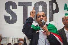 La gente che protesta contro il bombardamento della striscia di Gaza a Milano, Italia Fotografie Stock Libere da Diritti