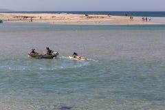 La gente che rema in entrata dei laghi, Australia fotografia stock libera da diritti