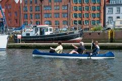 La gente che rema una piccola barca in canale di Lubeck Immagini Stock