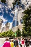 La gente che rende omaggio a 9/11 di memoriale Fotografie Stock Libere da Diritti