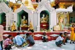 La gente che riposa alla pagoda di Shwedagon in Rangoon Fotografie Stock