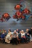 La gente che riposa nell'ingresso del museo fotografia stock libera da diritti