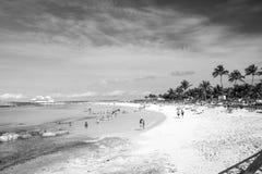 La gente che riposa sulla spiaggia sulla sabbia bianca con il mare del turchese Fotografia Stock Libera da Diritti