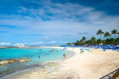 La gente che riposa sulla spiaggia sulla sabbia bianca con il mare del turchese Immagine Stock