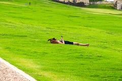 La gente che riposa vicino a San Cristobal forte a San Juan, Porto Rico Fotografia Stock