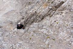 La gente che scala sopra via il ferrata al ghiacciaio di Dachstein il 17 agosto 2017 a Ramsau Dachstein, Austria Immagini Stock