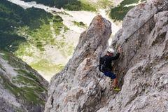 La gente che scala sopra via il ferrata al ghiacciaio di Dachstein il 17 agosto 2017 a Ramsau Dachstein, Austria Fotografia Stock