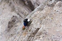 La gente che scala sopra via il ferrata al ghiacciaio di Dachstein il 17 agosto 2017 a Ramsau Dachstein, Austria Immagine Stock Libera da Diritti
