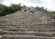 La gente che scala un basso che la piramide di Nohoch Mul nel Coba rovina Fotografia Stock Libera da Diritti