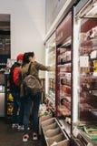 La gente che sceglie alimento dentro Pret Manger, Londra, Regno Unito fotografia stock