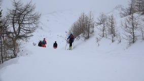 La gente che scia nella stazione sciistica alpina video d archivio