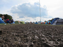 La gente che si accampa in Muddy Field At Music Festival Immagine Stock