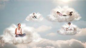 La gente che si collega con la computazione della nuvola stock footage