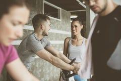 La gente che si esercita sulle bici fisse nella forma fisica classifica Fotografia Stock Libera da Diritti