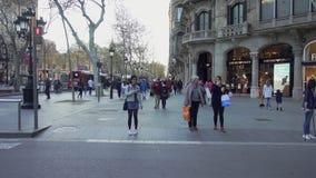 La gente che si ferma ad un passaggio pedonale della via famosa di passeig de gracia a Barcellona video d archivio