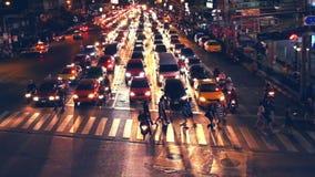 La gente che si muove alla strada trasversale in via uguagliante ammucchiata della città Bangkok, Tailandia archivi video