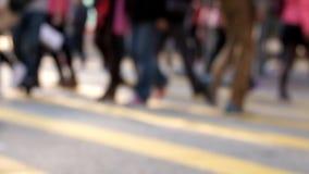 La gente che si muove alla strada trasversale in via uguagliante ammucchiata della città Hon Kong archivi video