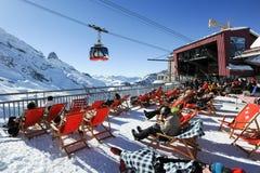 La gente che si rilassa al ristorante sulle alpi svizzere Fotografia Stock Libera da Diritti