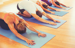 La gente che si rilassa e che fa yoga Fotografia Stock Libera da Diritti