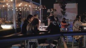 La gente che si rilassa nel ristorante Azotea del Circulo del tetto alla notte Madrid, Spagna video d archivio