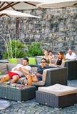 La gente che si rilassa nel ristorante della via nella città di Ascona della Svizzera Fotografie Stock