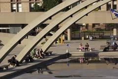 La gente che si rilassa su Nathan Phillips Square a Toronto Immagine Stock Libera da Diritti