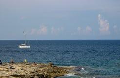 La gente che si rilassa su una spiaggia a Malta fotografia stock